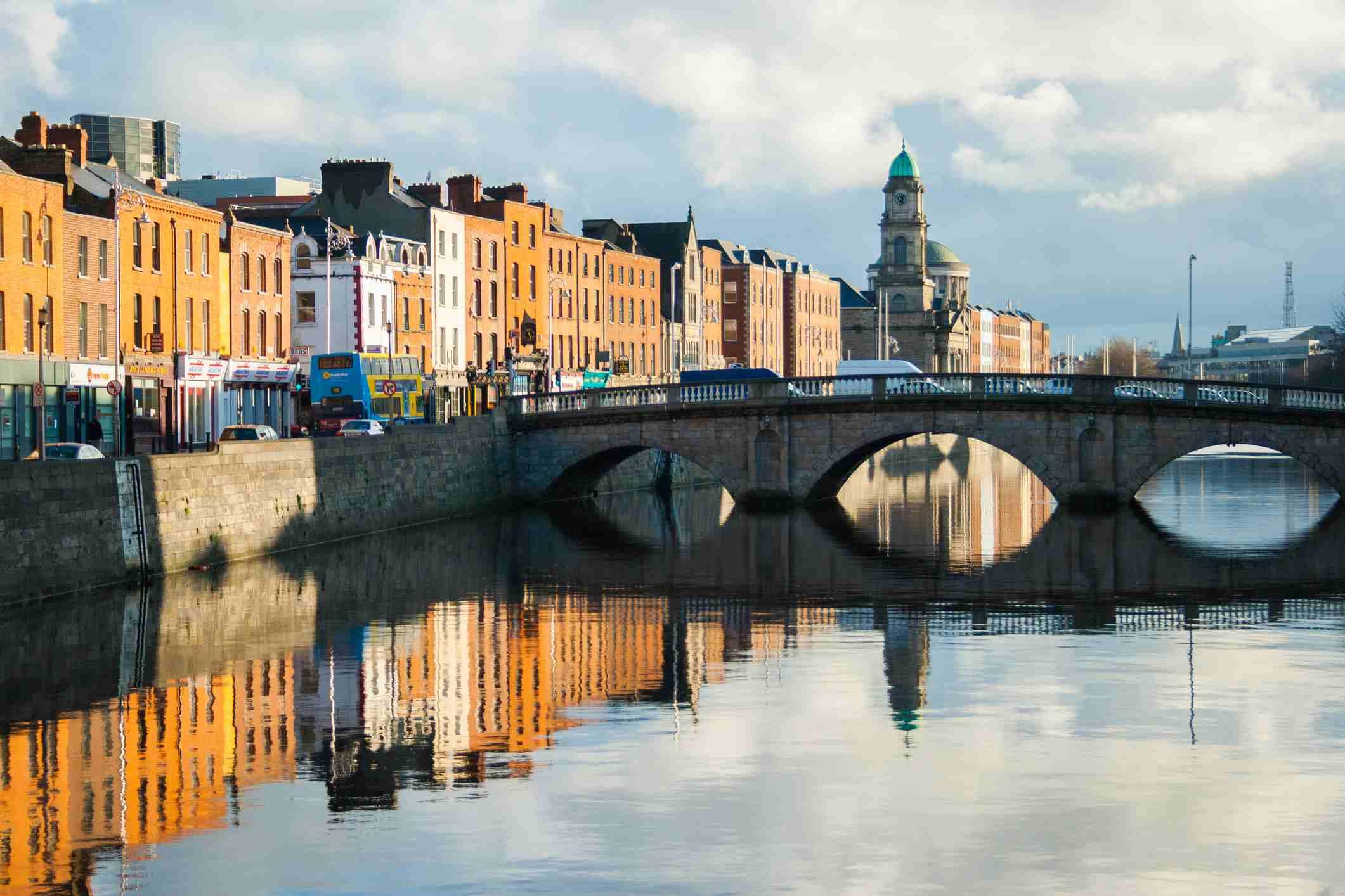Edificios a lo largo de los muelles reflejados en el río Liffey en la ciudad de Dublín, Irlanda