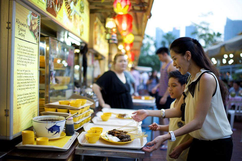 Cenando en Makansutra Gluttons Bay, Singapur