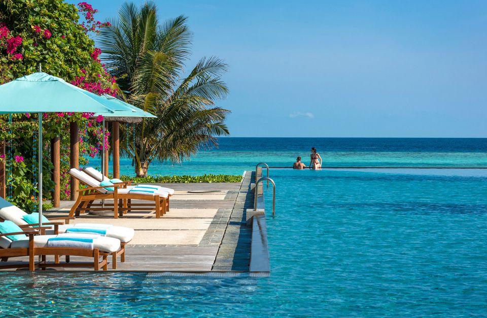 Four Seasons Maldives at Landaa Giraavaru pool