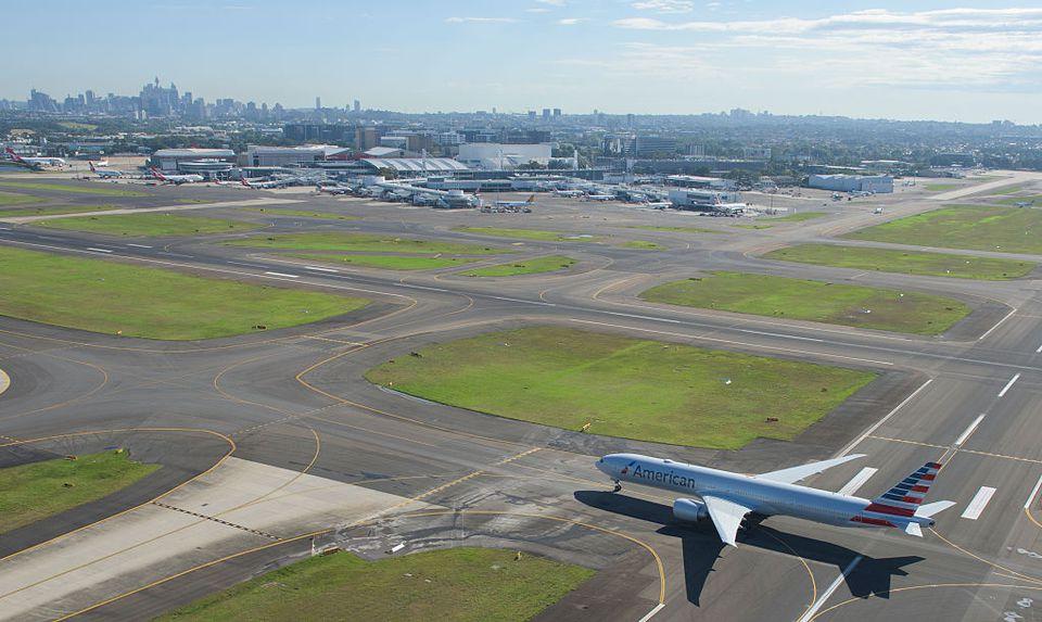 El avión de American Airlines se prepara para despegar en el aeropuerto de Sydney.