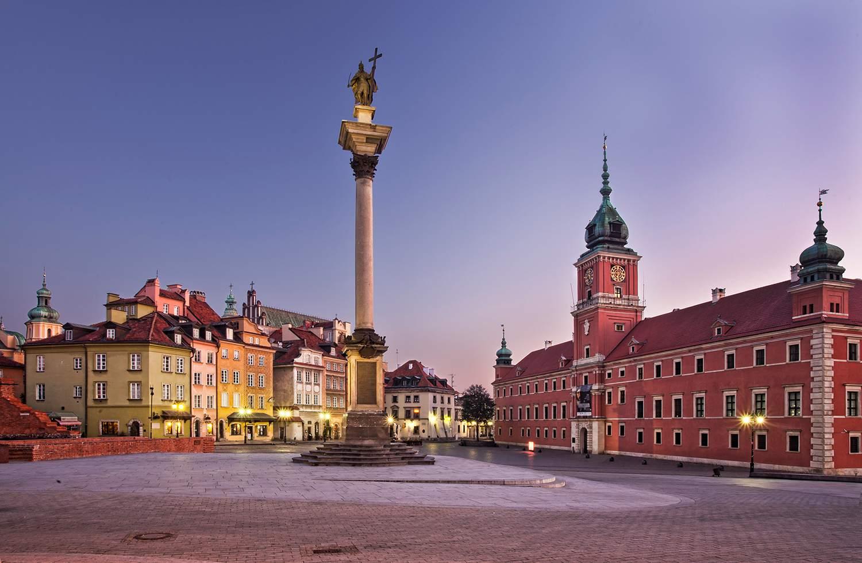 La Plaza del Castillo de Varsovia (en polaco: plac Zamkowy w Warszawie) es un histórico plaza frente al Castillo Real, la residencia oficial de los monarcas polacos ubicada en Varsovia, Polonia