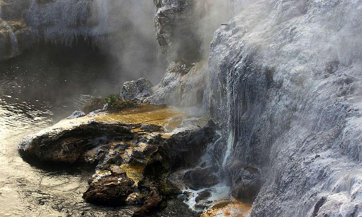 Hot Springs cerca de la ciudad de Rotorua en la zona volcánica de Taupo de Nueva Zelanda