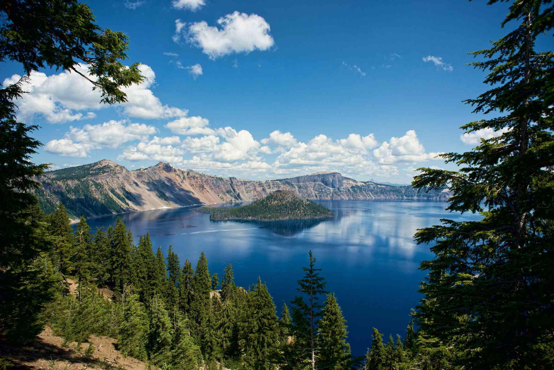 Vista panorámica del lago del cráter contra el cielo azul