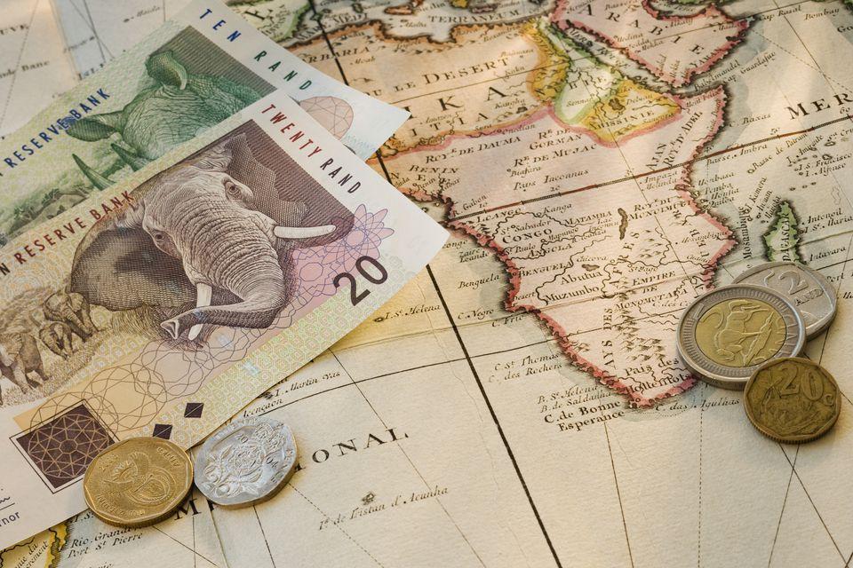 Moneda sudafricana en un mapa de África