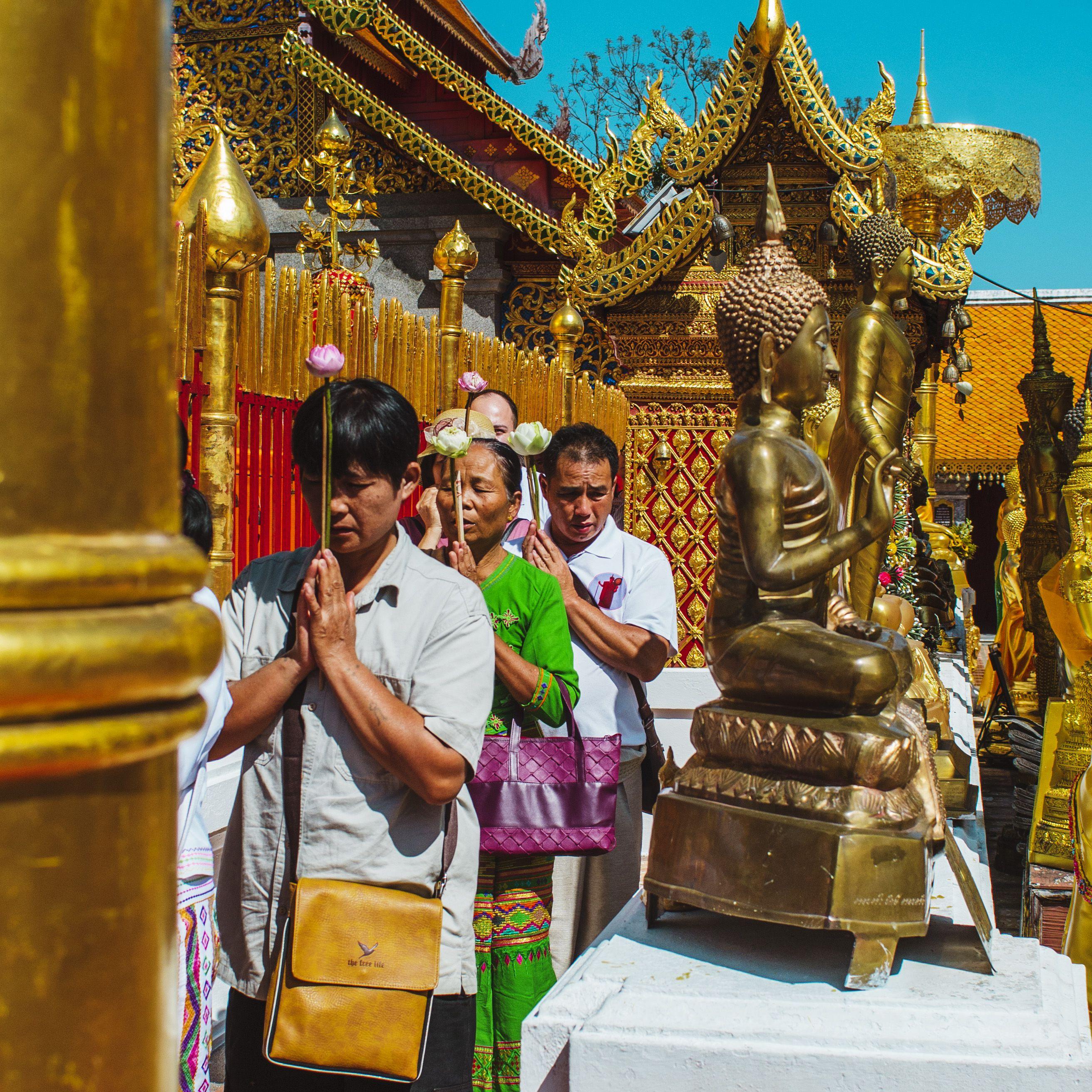 Gente que muestra respeto en Doi Suthep