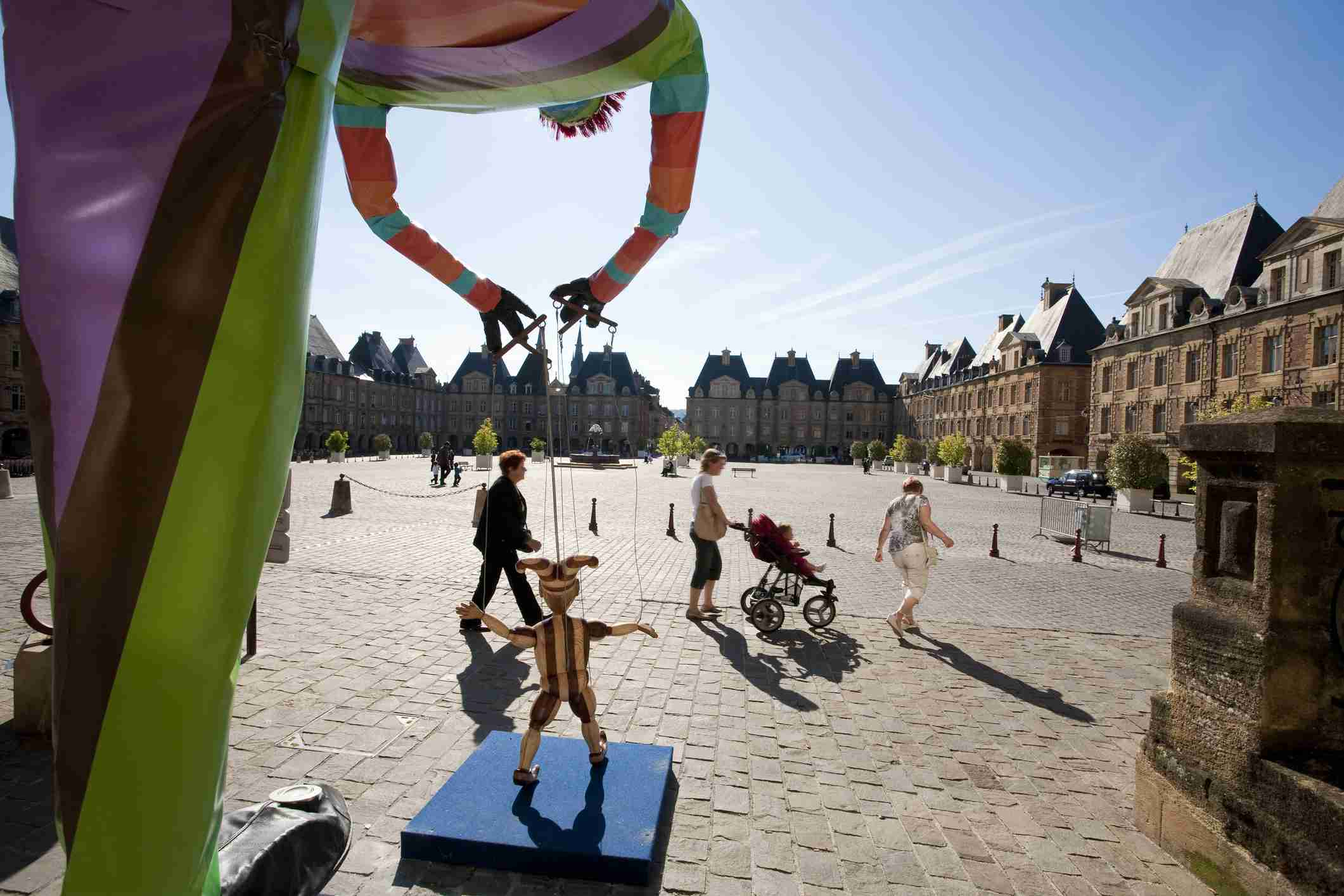 Puppeteer in the Place Ducale in Charleville