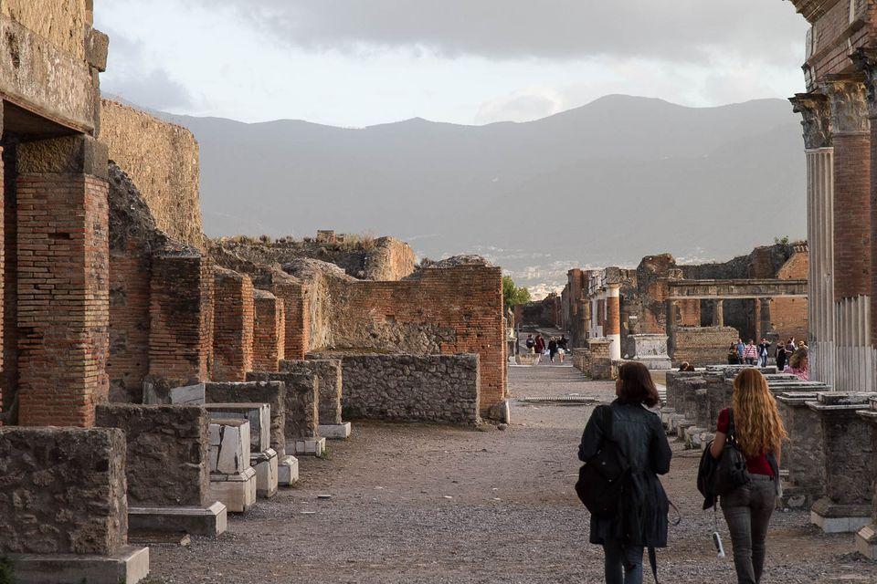 pompeii visitors picture