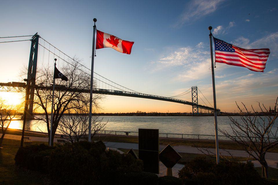 El Puente del Embajador que une Detroit, Michigan, EE. UU. Con Windsor, Ontario, Canadá