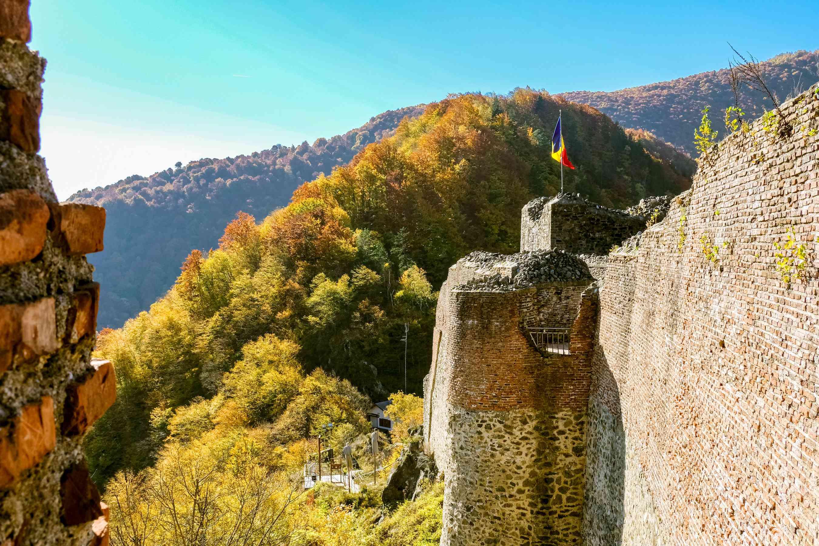 La bandera rumana que vuela en el Castillo de Poenari