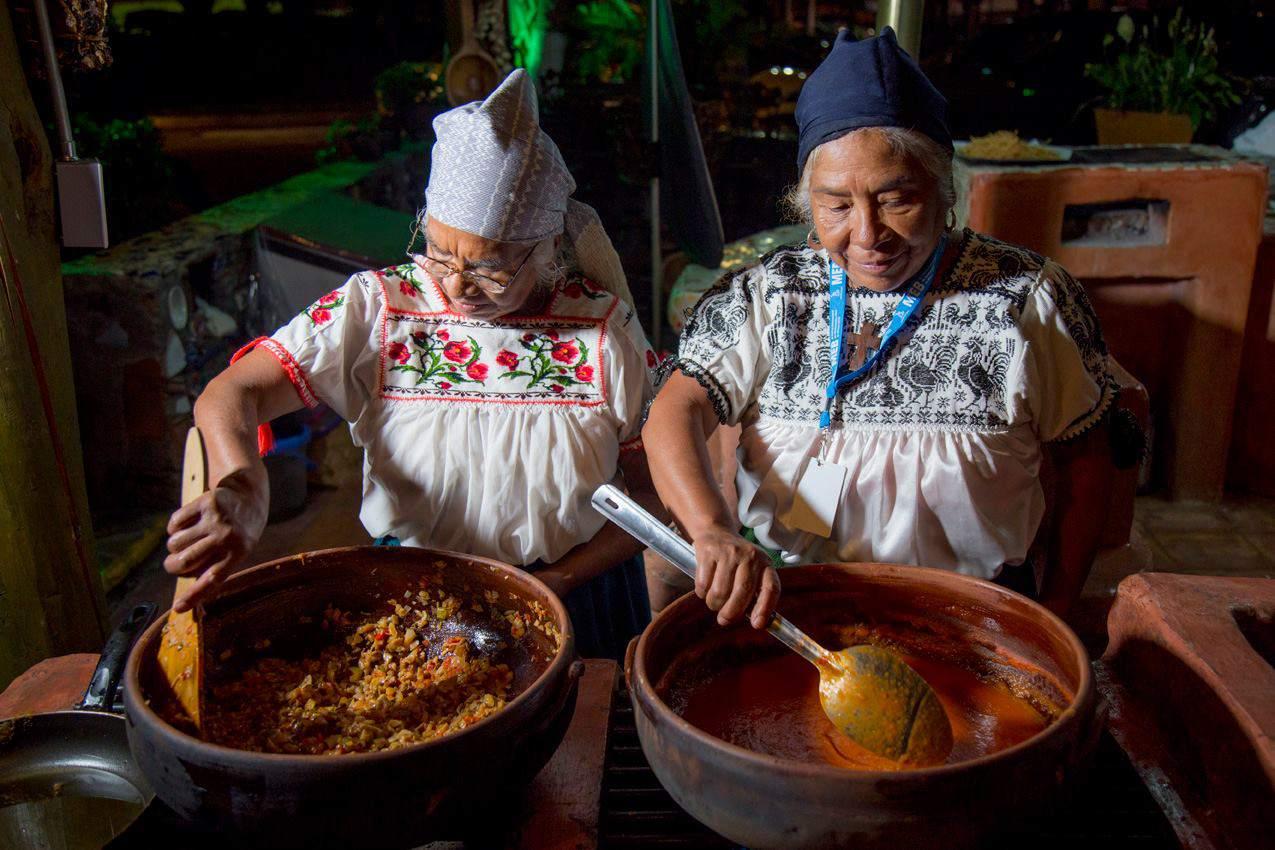 Traditional cooks prepare dishes for Morelia en Boca festival