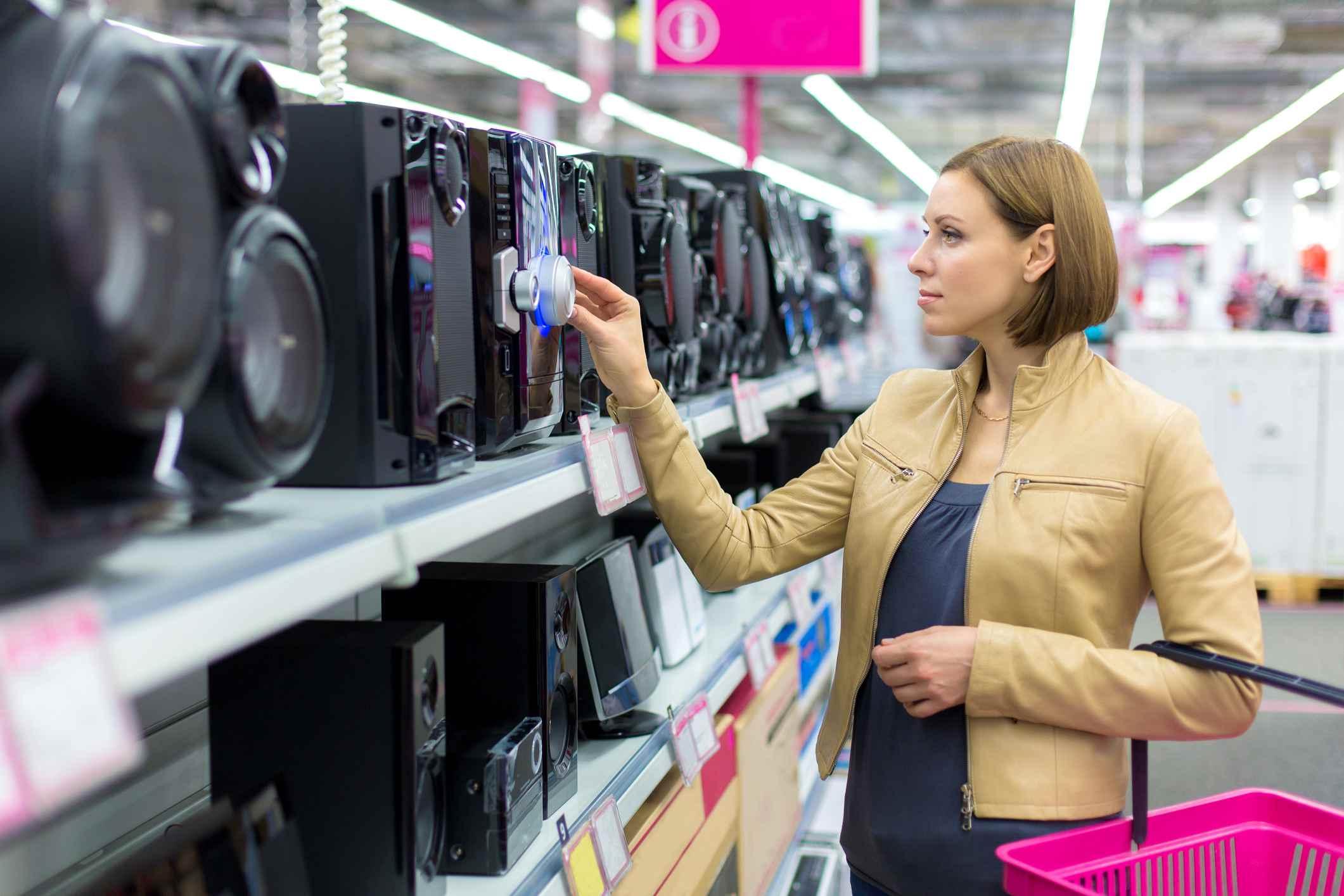 Altavoces en la tienda de electrónica