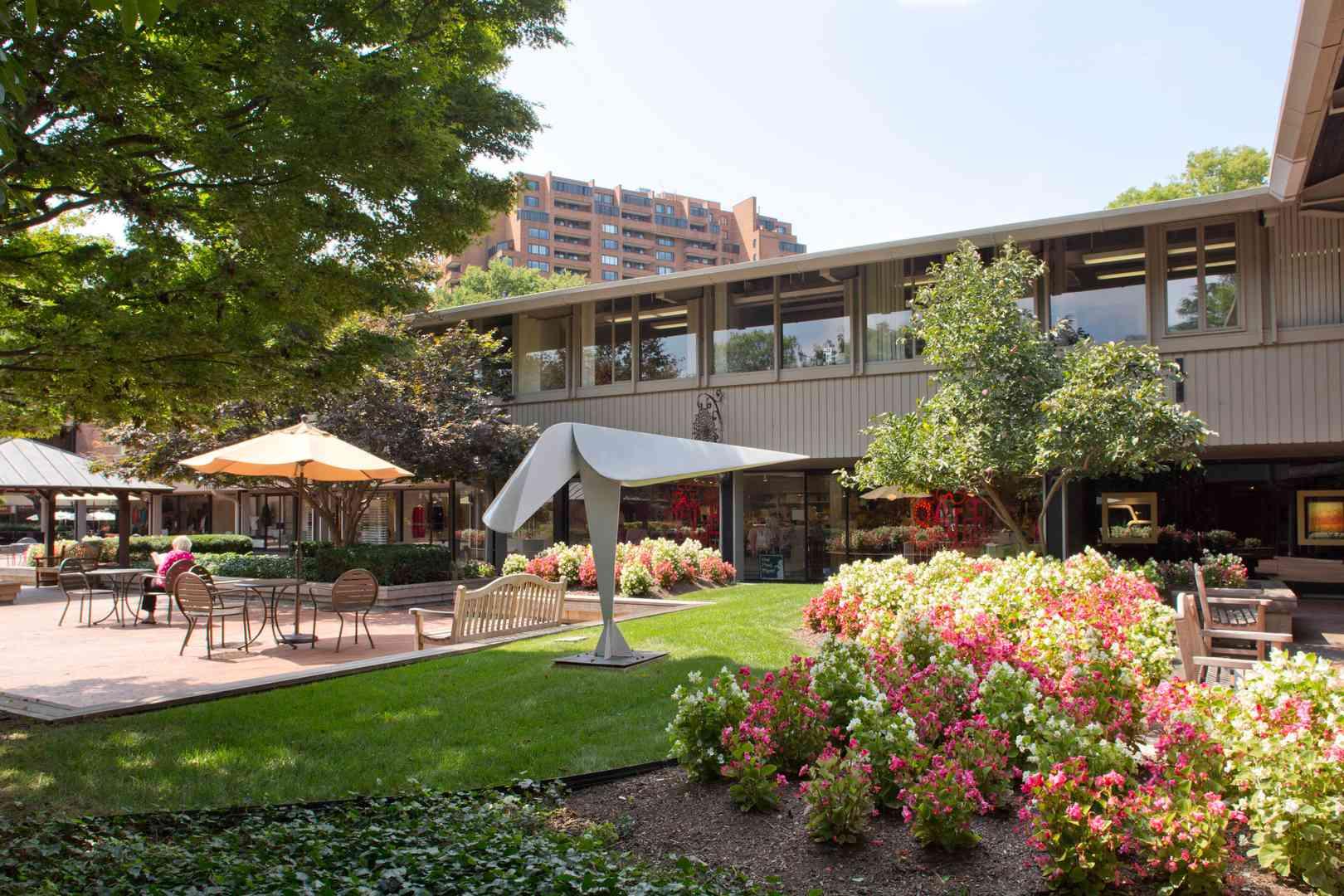 Áreas de descanso al aire libre con jardines de colores en el pueblo de Cross Keys Baltimore