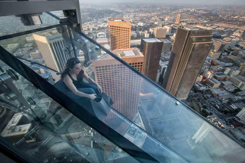 The Skyslide at Skyspace LA en el US Bank Tower en el centro de LA