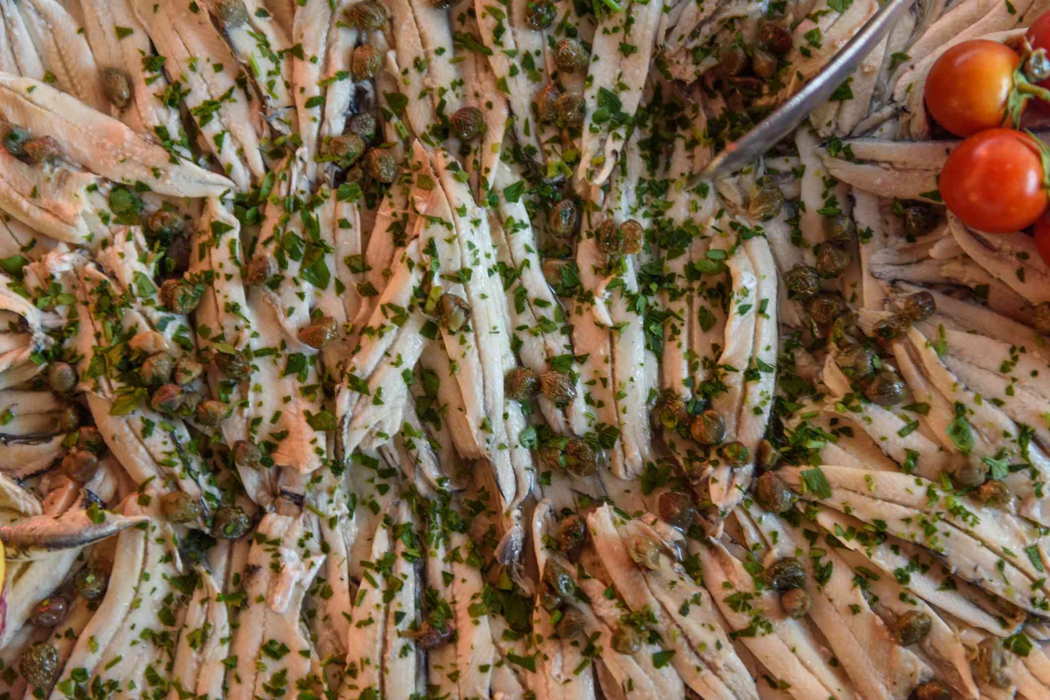 Primer plano de un plato de anchoas marinadas