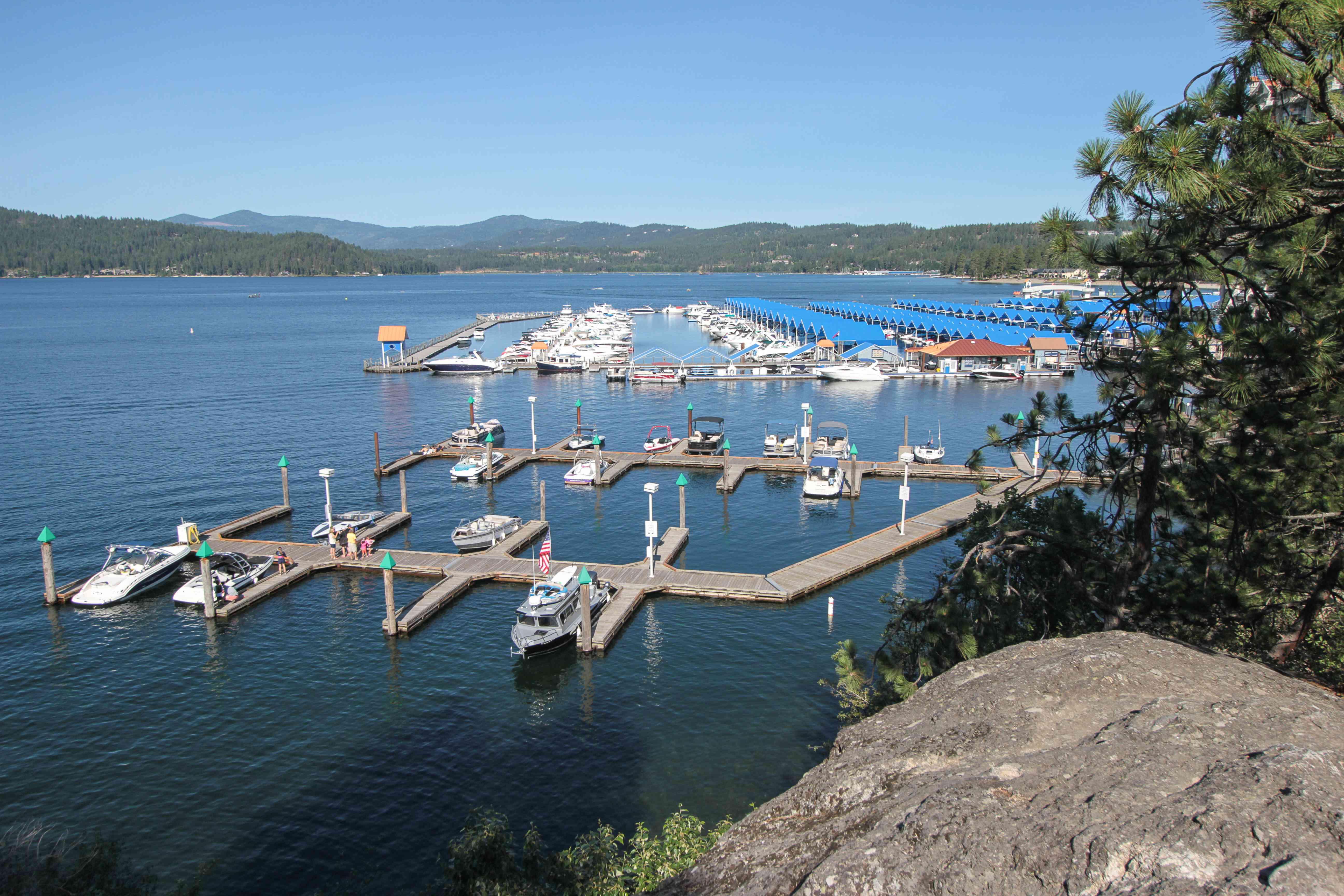 Barcos atracados en un lago