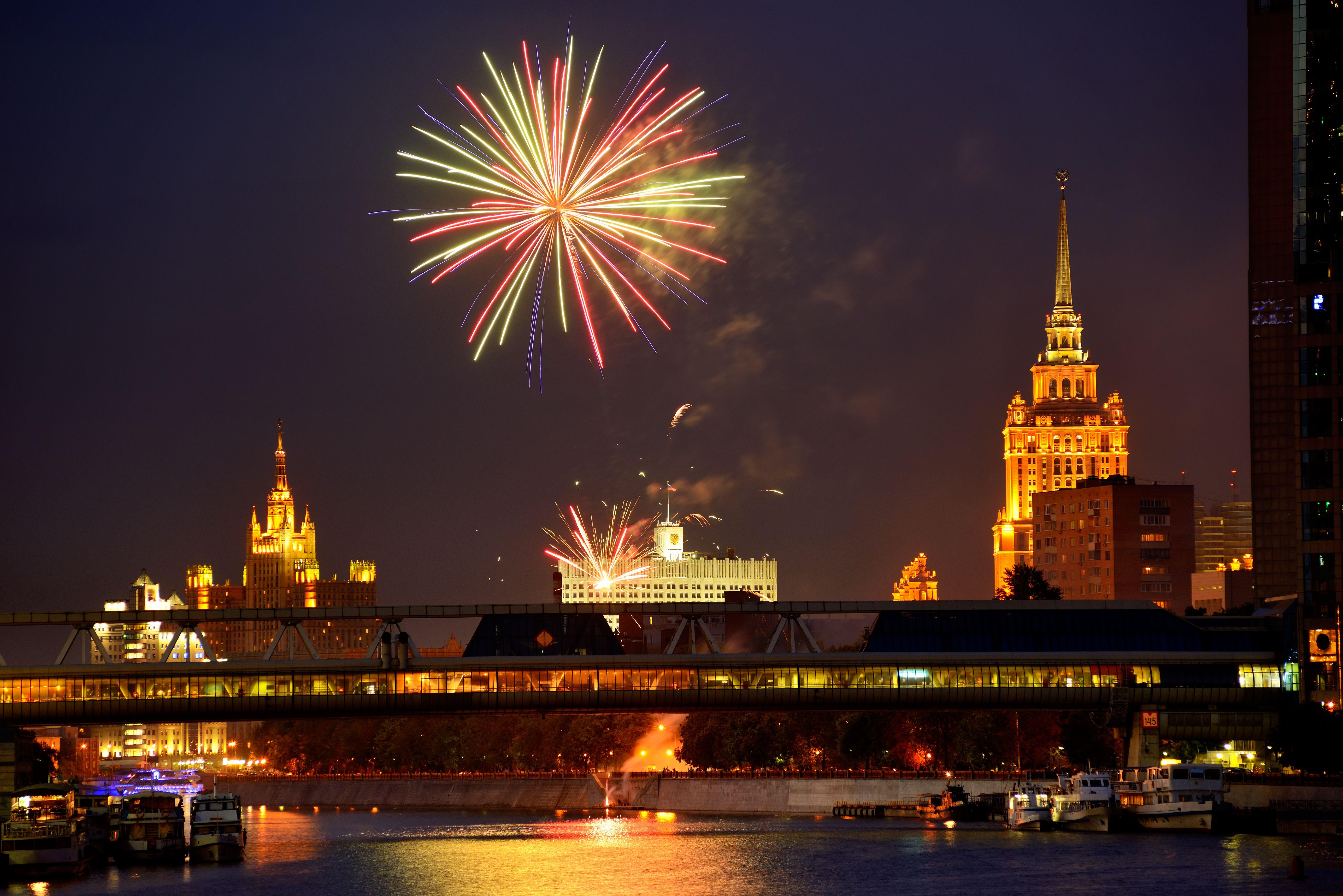 Mit Blick auf Feuerwerk über Weißes Hause und Bagration-Brücke bei Nacht, Moskau, Russland