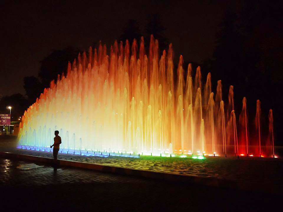 Un espectáculo de fuentes coloridas