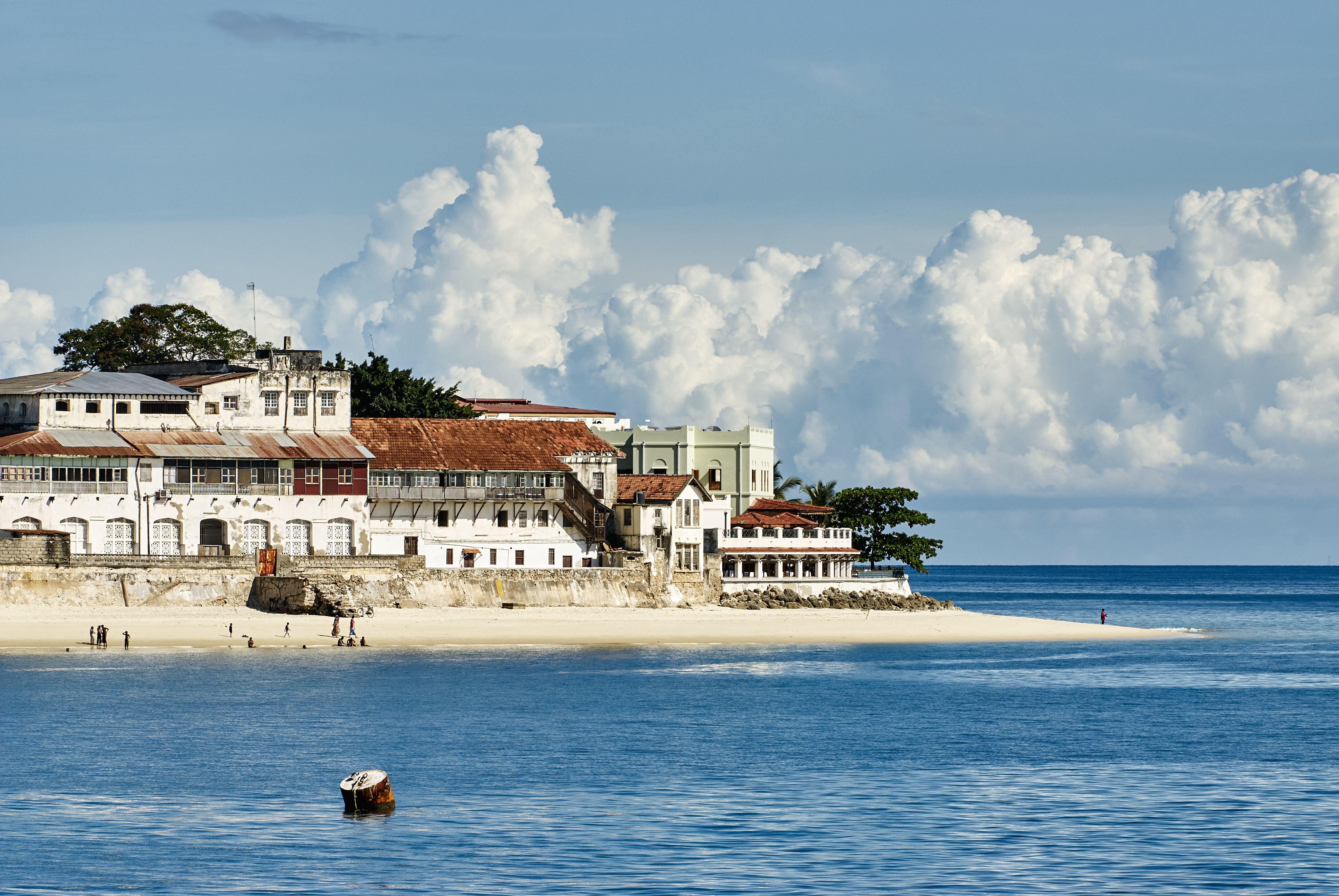 Edificio frente al mar en la playa, ciudad de Zanzíbar, Zanzíbar urbano, Tanzania, África