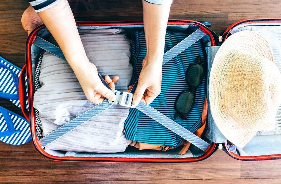 Sección baja de la maleta de embalaje de mujer
