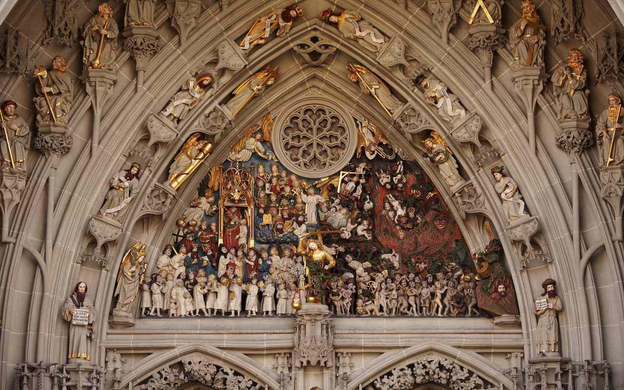 cerca de esculturas religiosas en la catedral de berna