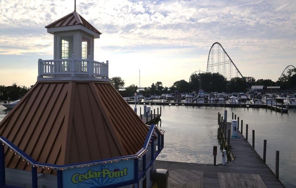 Un parque de atracciones y un puerto en Sandusky, Ohio