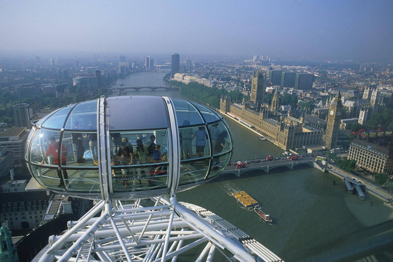 Inglaterra, Londres, gente en la Rueda del Milenio y paisaje urbano