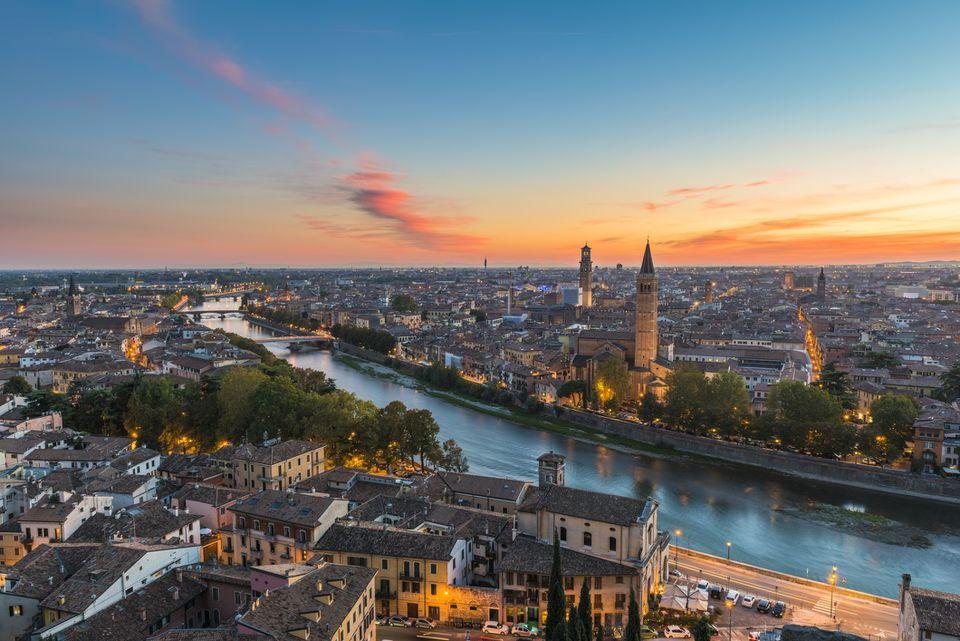 Vista elevada del casco antiguo de Verona al atardecer. Verona, Véneto, Italia