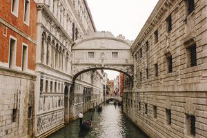 A gondola going under the Bridge of Sighs