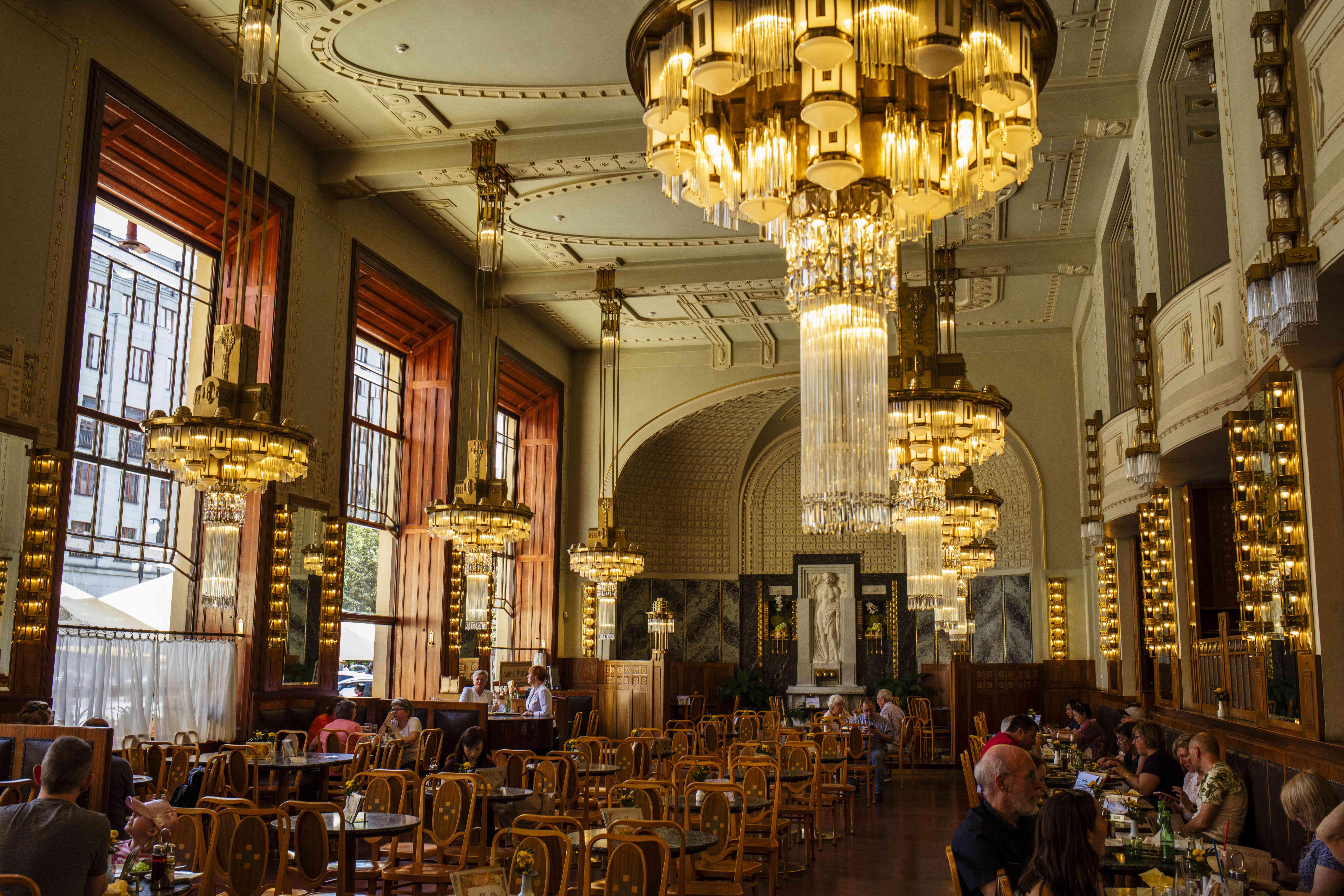 Comedor interior con grandes candelabros
