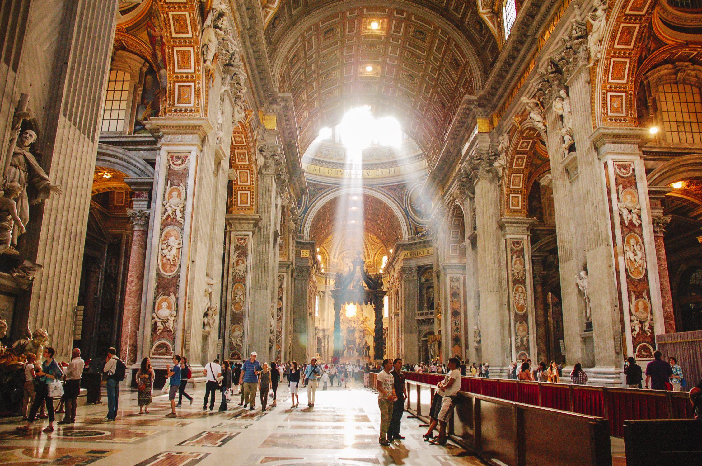 Sol brillando a través de las ventanas de la Basílica de San Pedro