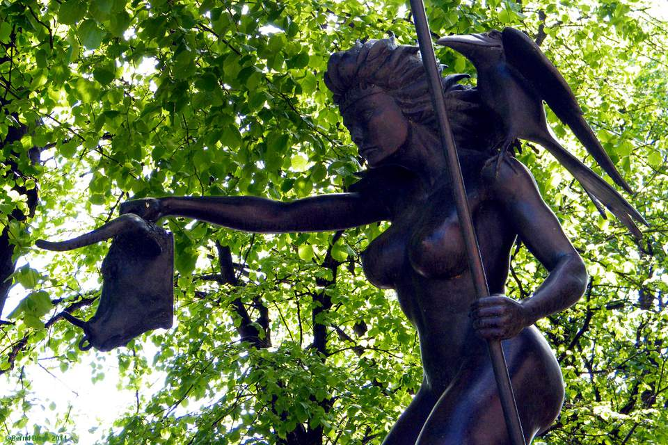 Queen Maeve - a very rude nude in Dublin, displaying her female form without a stitch of clothing, and not even using that bull's head to protect her modesty! Careful now ...