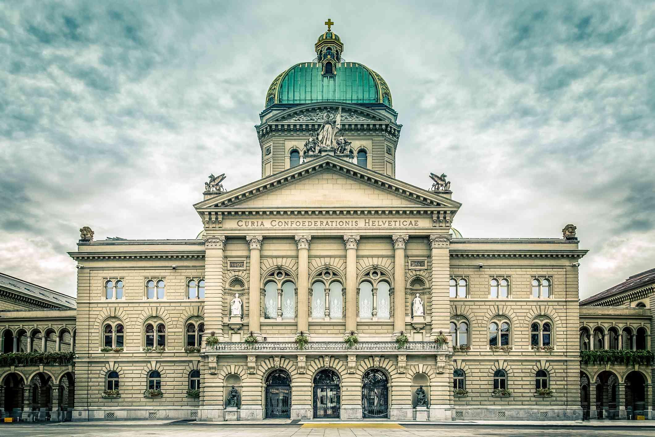 Exterior del parlamento suizo en un día nublado