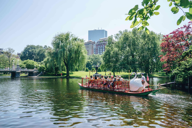 Gente en un barco de cisne en el Jardín Público de Boston