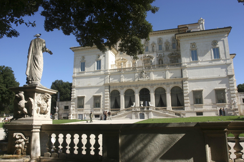 Villa Borghese en un día despejado con hierba verde