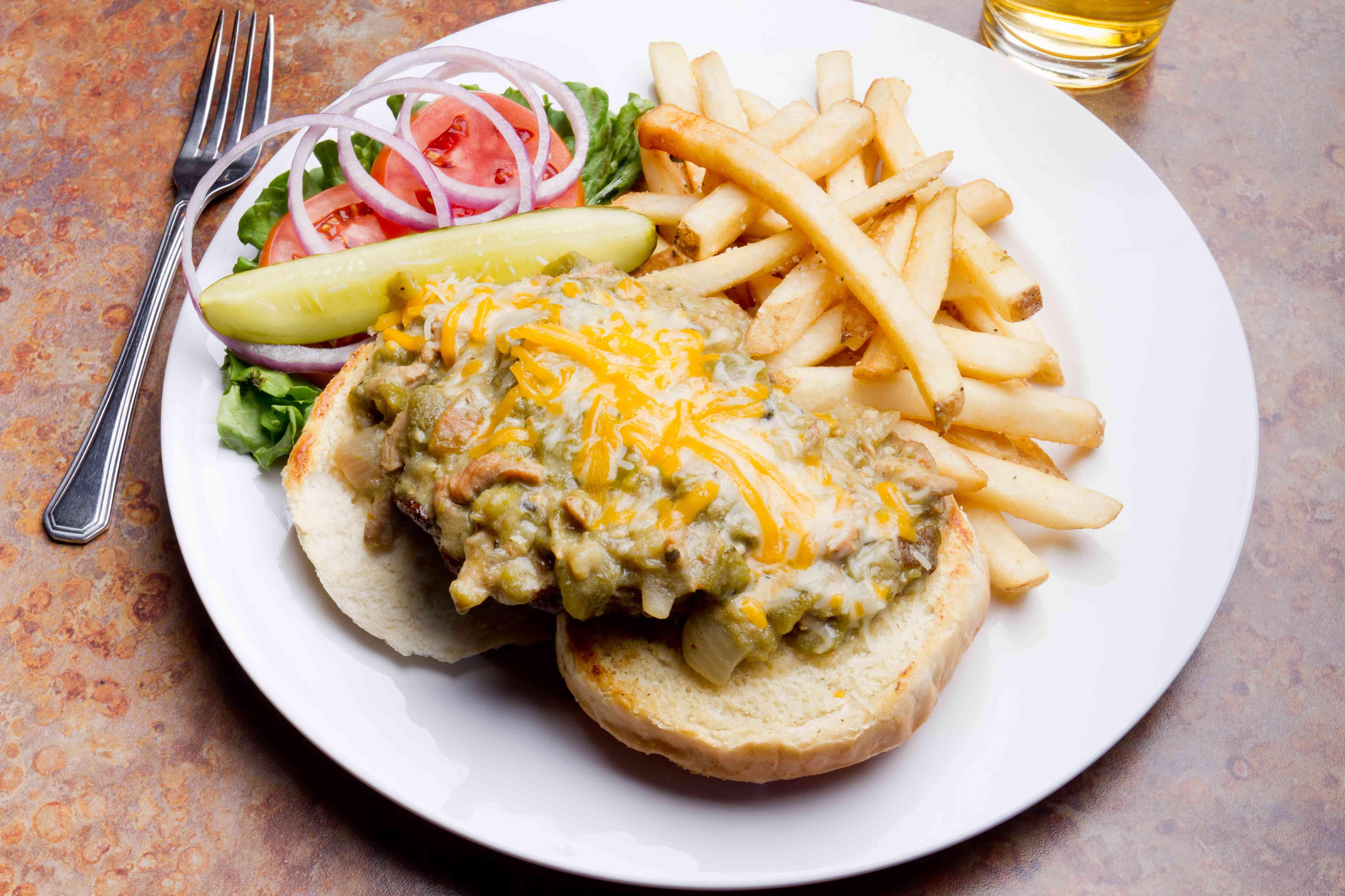 Hamburguesa con queso y papas fritas con chile verde