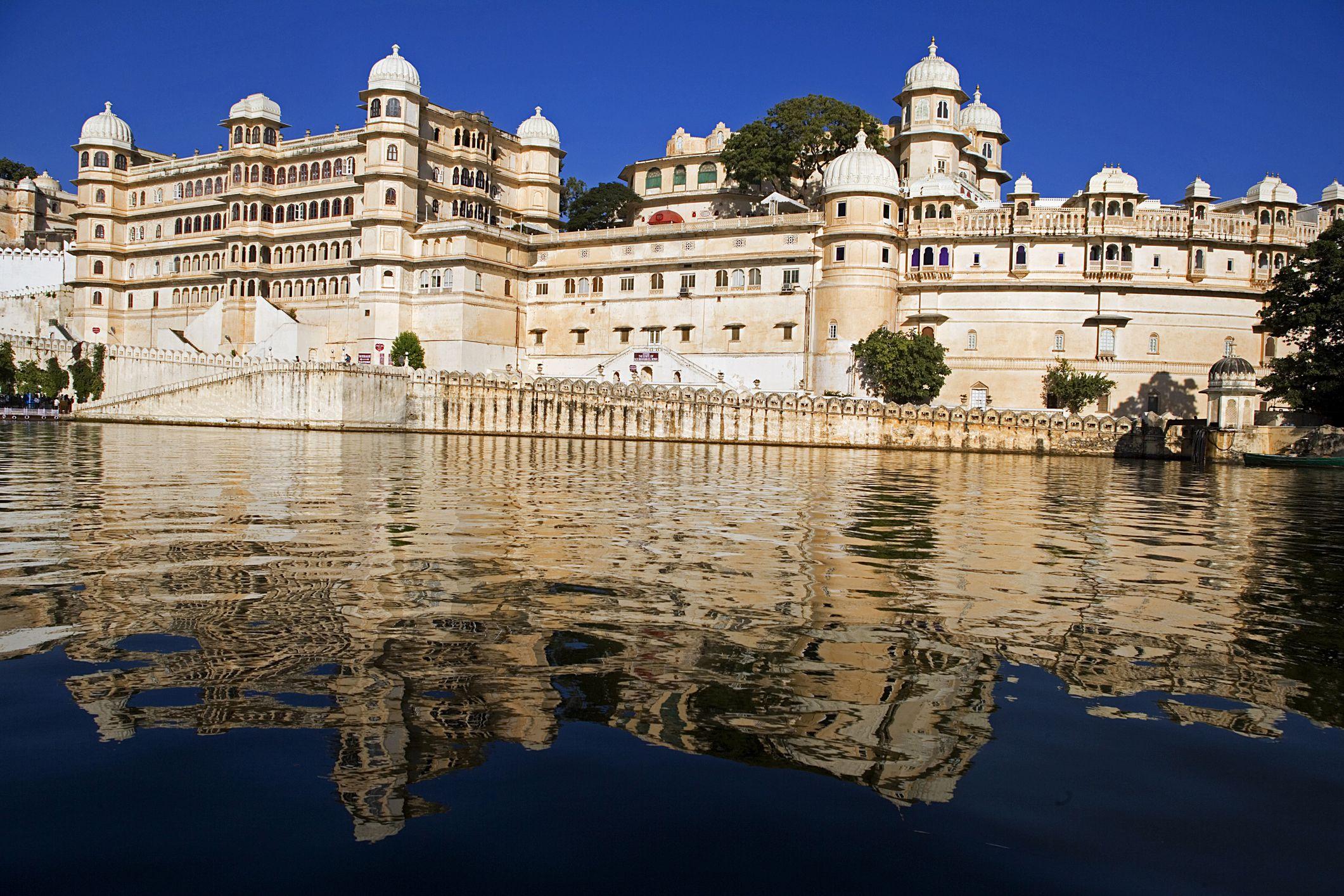 City Palace viewed from Lake Pichola, Udaipur, Rajasthan, India