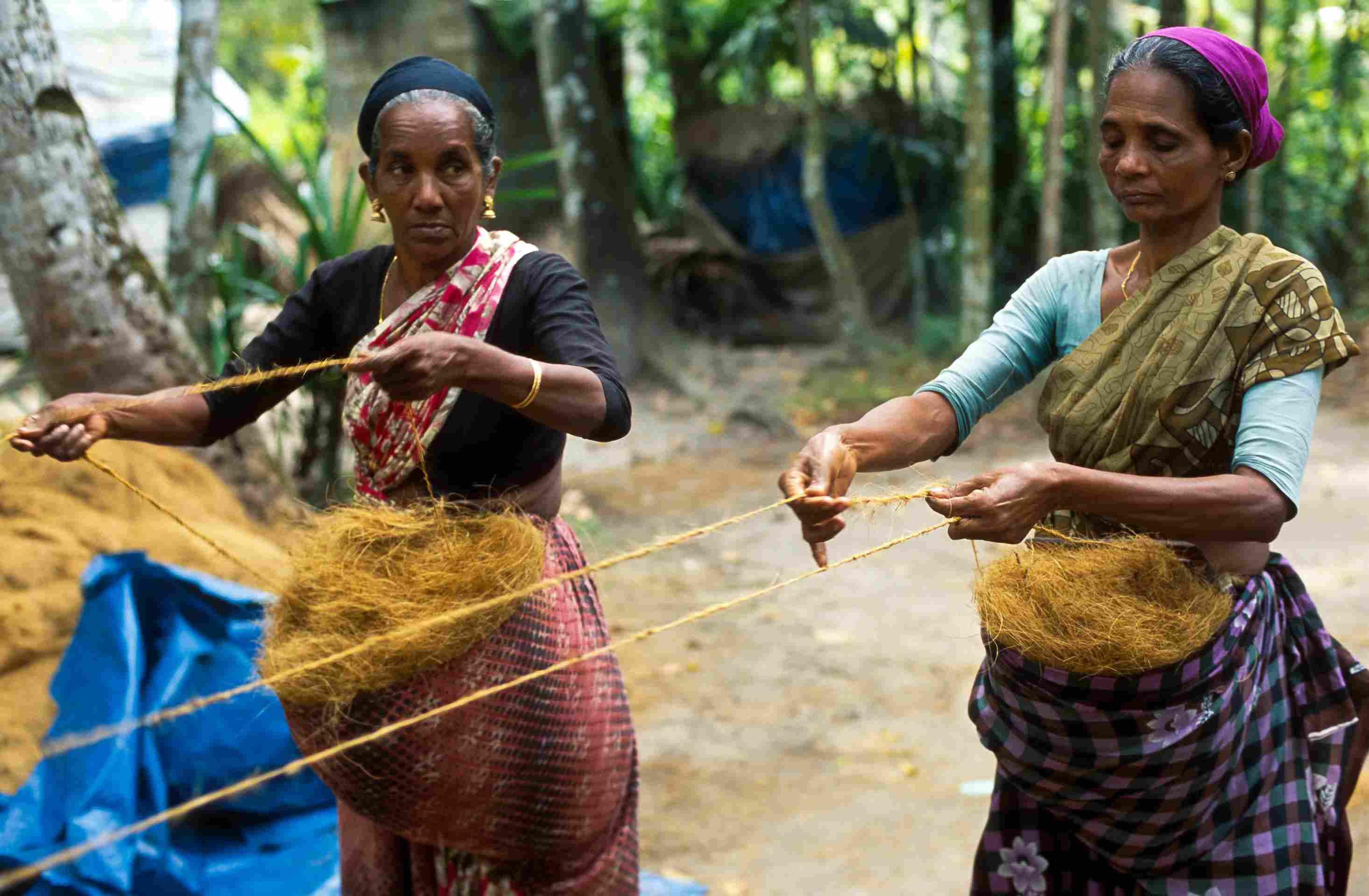Fabricación de fibra de coco en el pueblo de Kerala .
