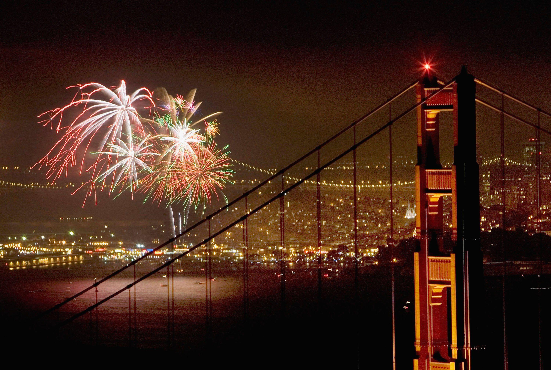 Los fuegos artificiales del 4 de julio iluminan la bahía de San Francisco y el puente Golden Gate