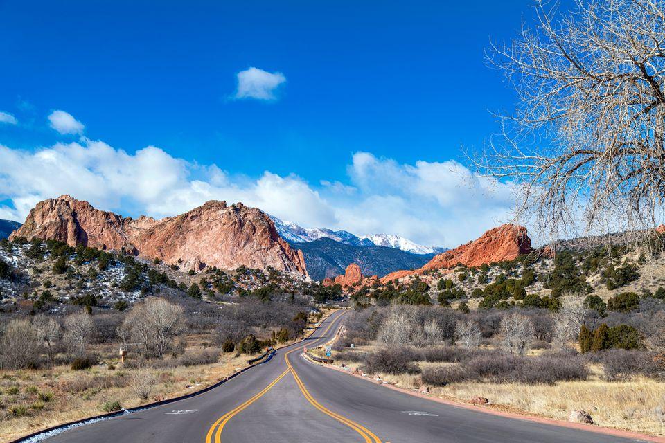 Camino por las montañas contra el cielo azul