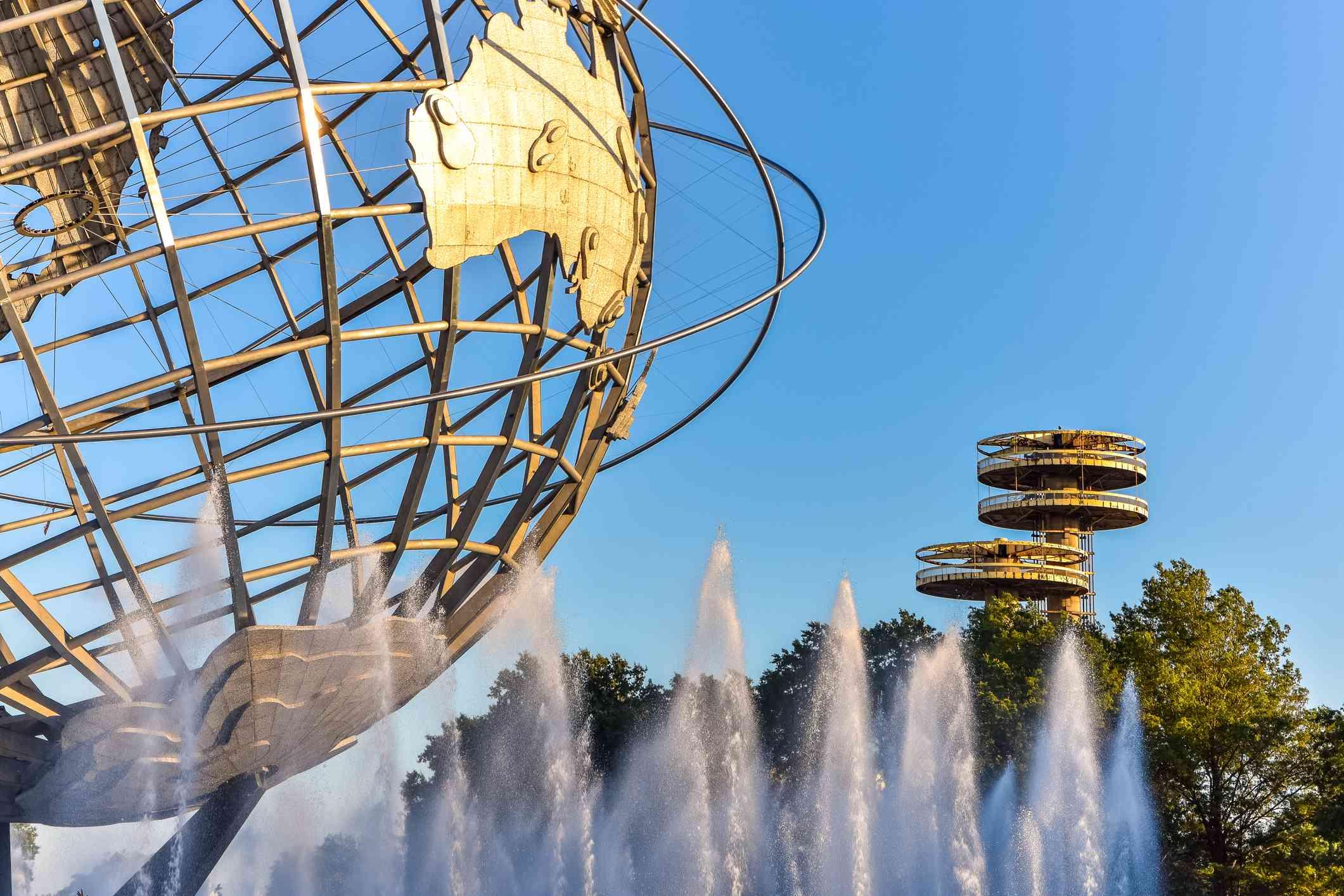 Cerca del globo de metal en la vista detallada del parque Corona. Concepto de viaje y ocio. Nueva York. Estados Unidos