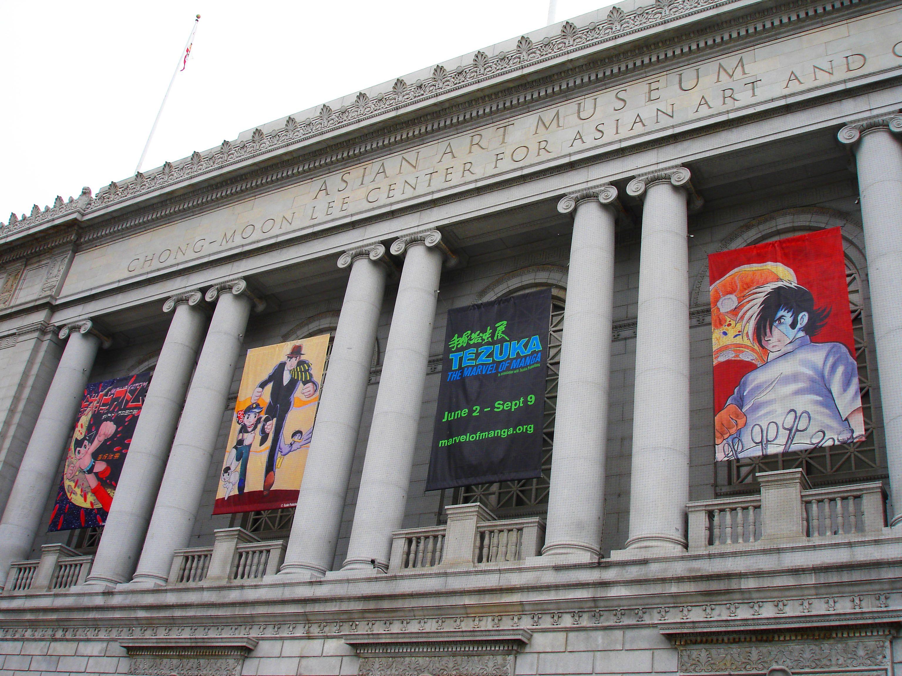 Exterior del Museo de Arte Asiático en San Francisco con pancartas que anuncian exposiciones actuales