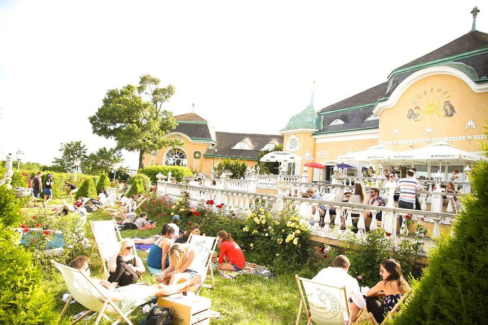 The Cobenzl Winery fuera Viena, en Grinzig, tiene un exuberante jardín donde los clientes pueden disfrutar del vino y otras comidas