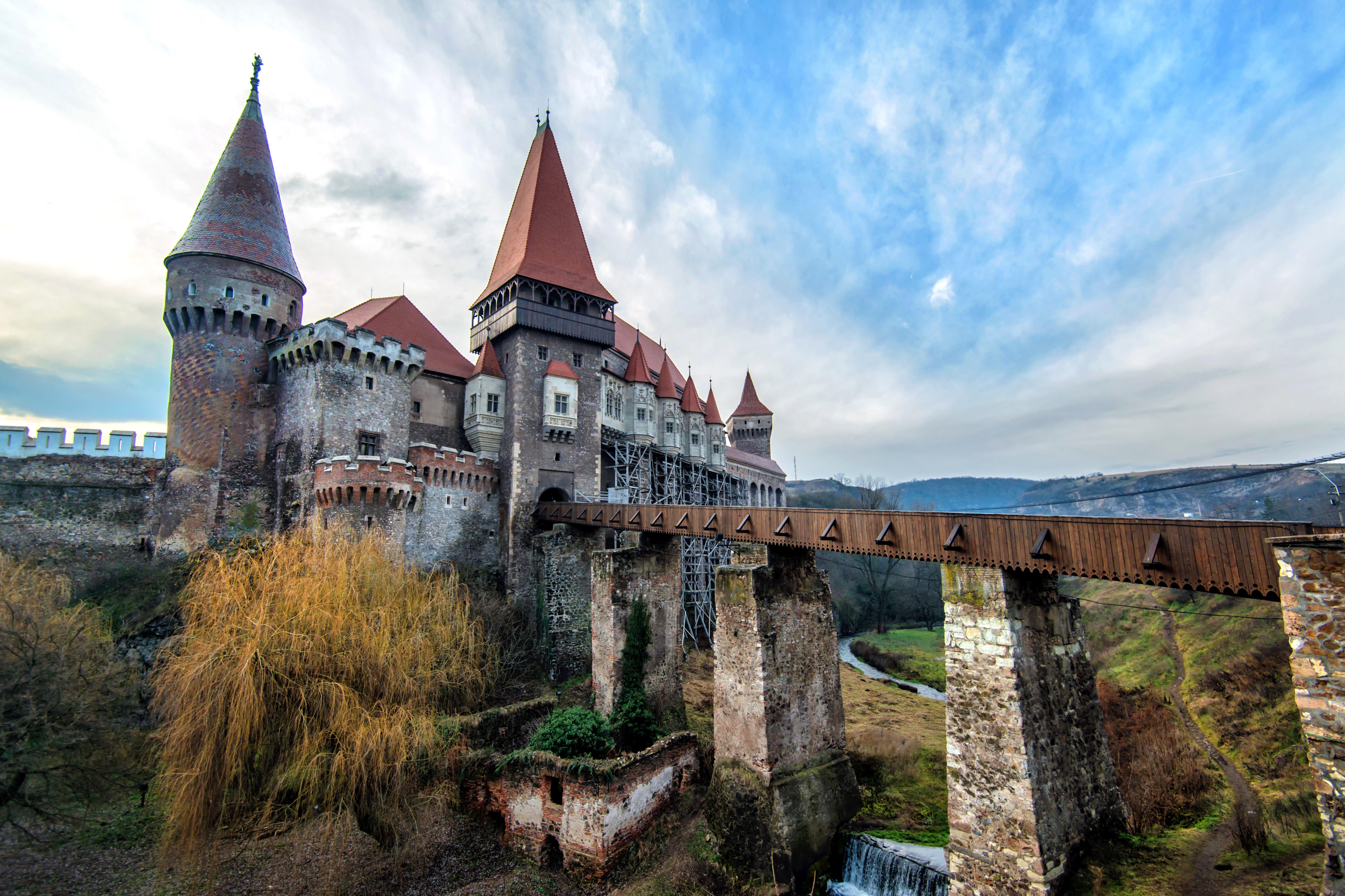 Castillo de Corvin y el paisaje circundante, una fuente de inspiración para el Castillo de Drácula de Bram Stoker