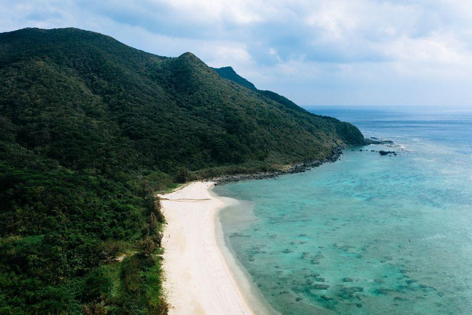 Vista aérea de la isla de Kume, Okinawa, Japón