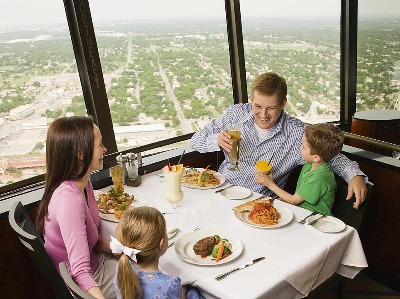 family eating at restaurant - HD1500×1125