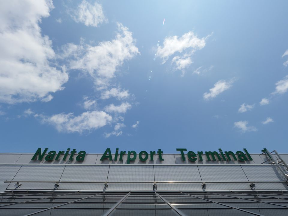 fuera de la terminal 1 del aeropuerto de Narita en Japón con un cielo brillante