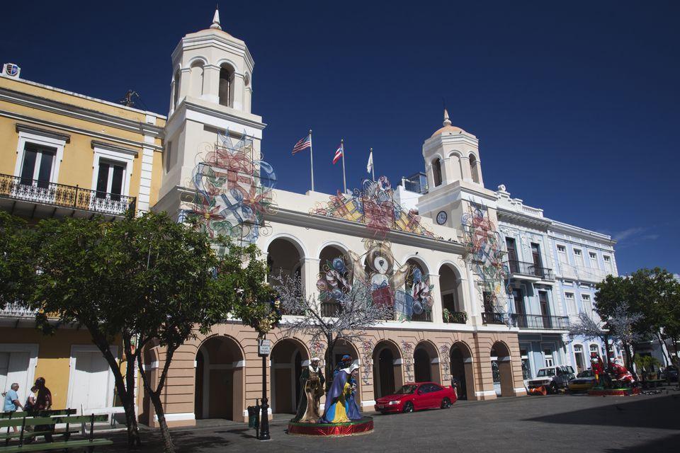 Adornos navideños en el Alcaldia y el Ayuntamiento, la Plaza de Armas, el Viejo San Juan, San Juan, Puerto Rico