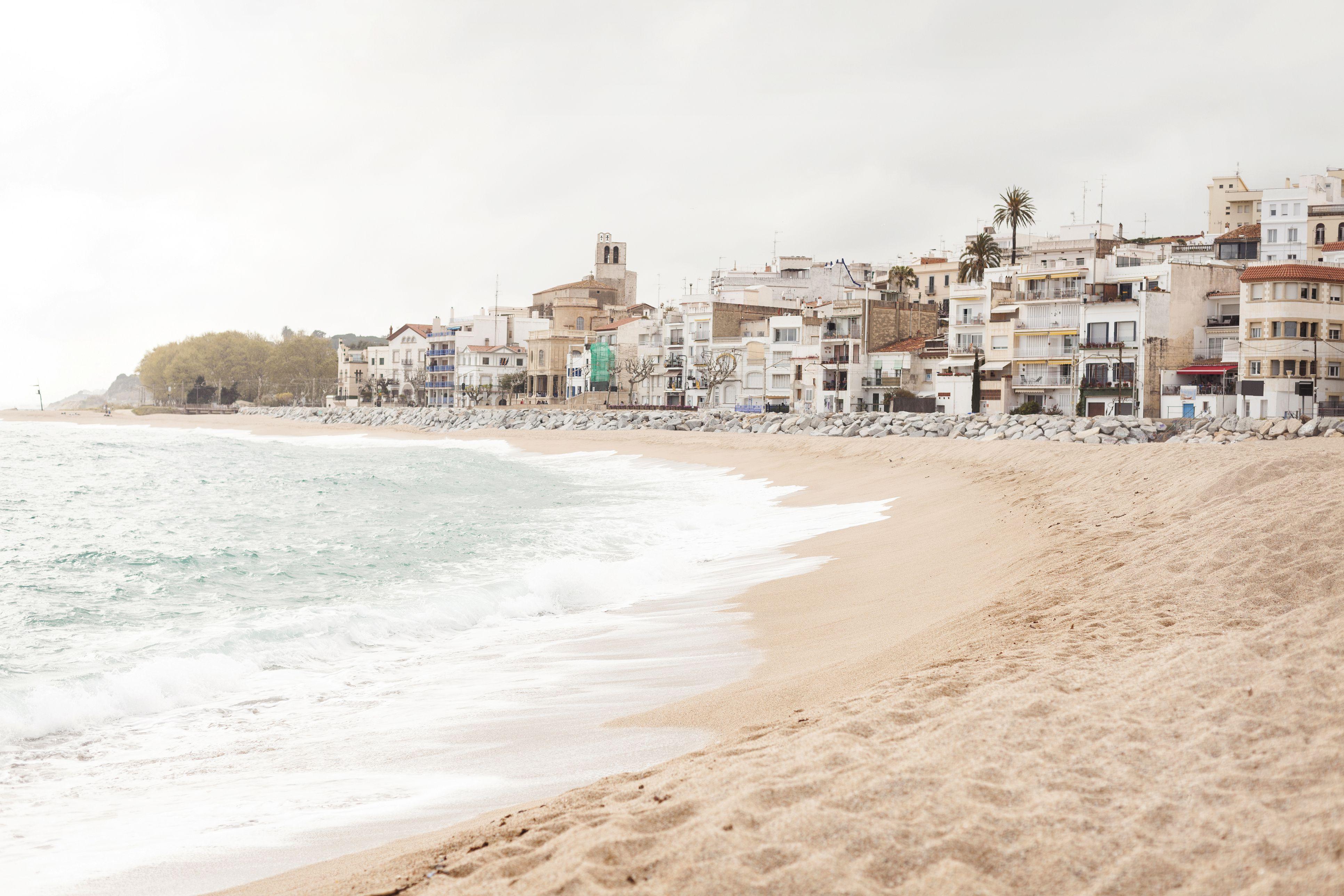 Spanien, Sant Pol de Mar, Blick auf leeren Strand