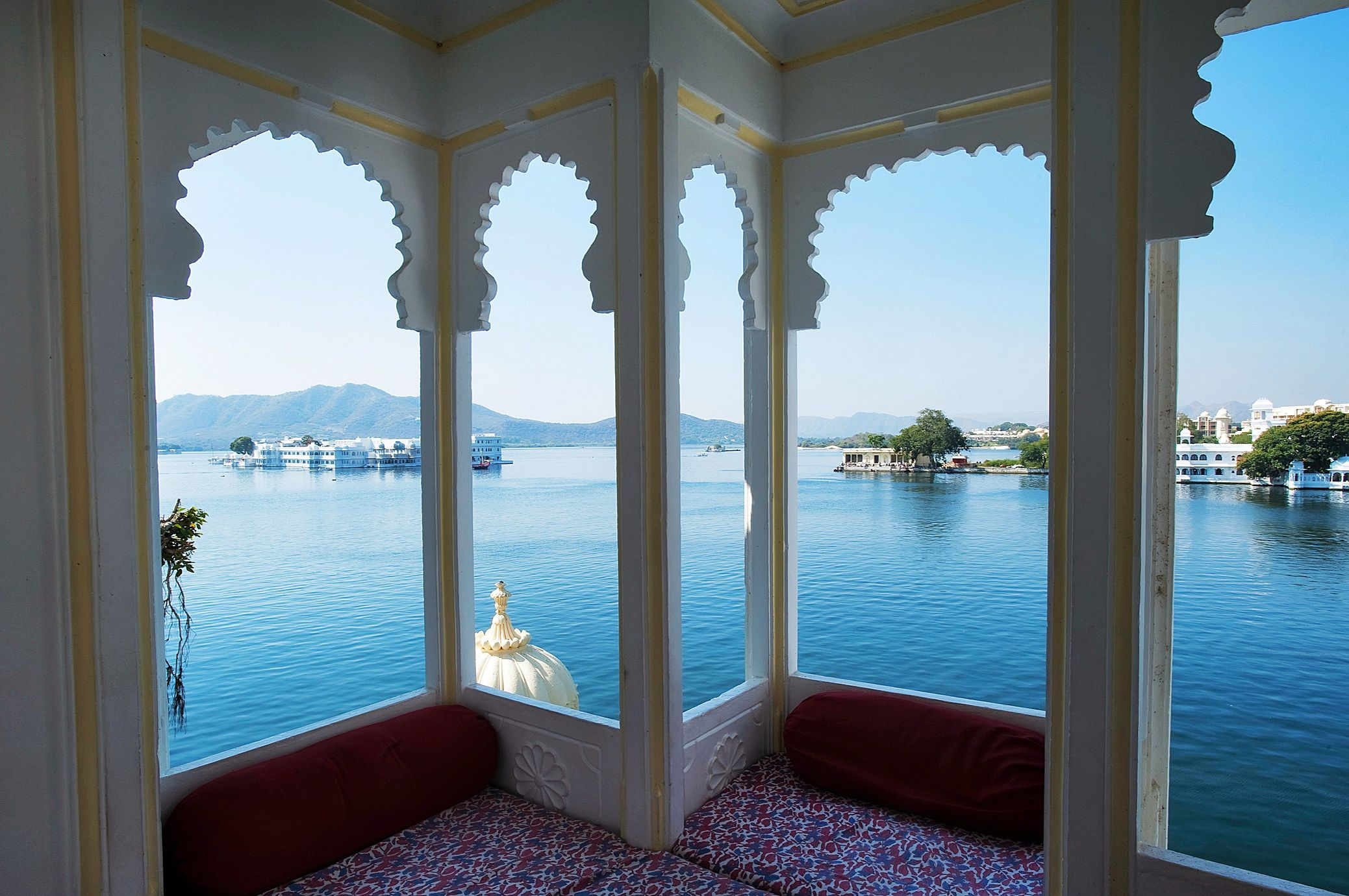 12 Best Udaipur Budget Hotels & Hostels with Lake Views