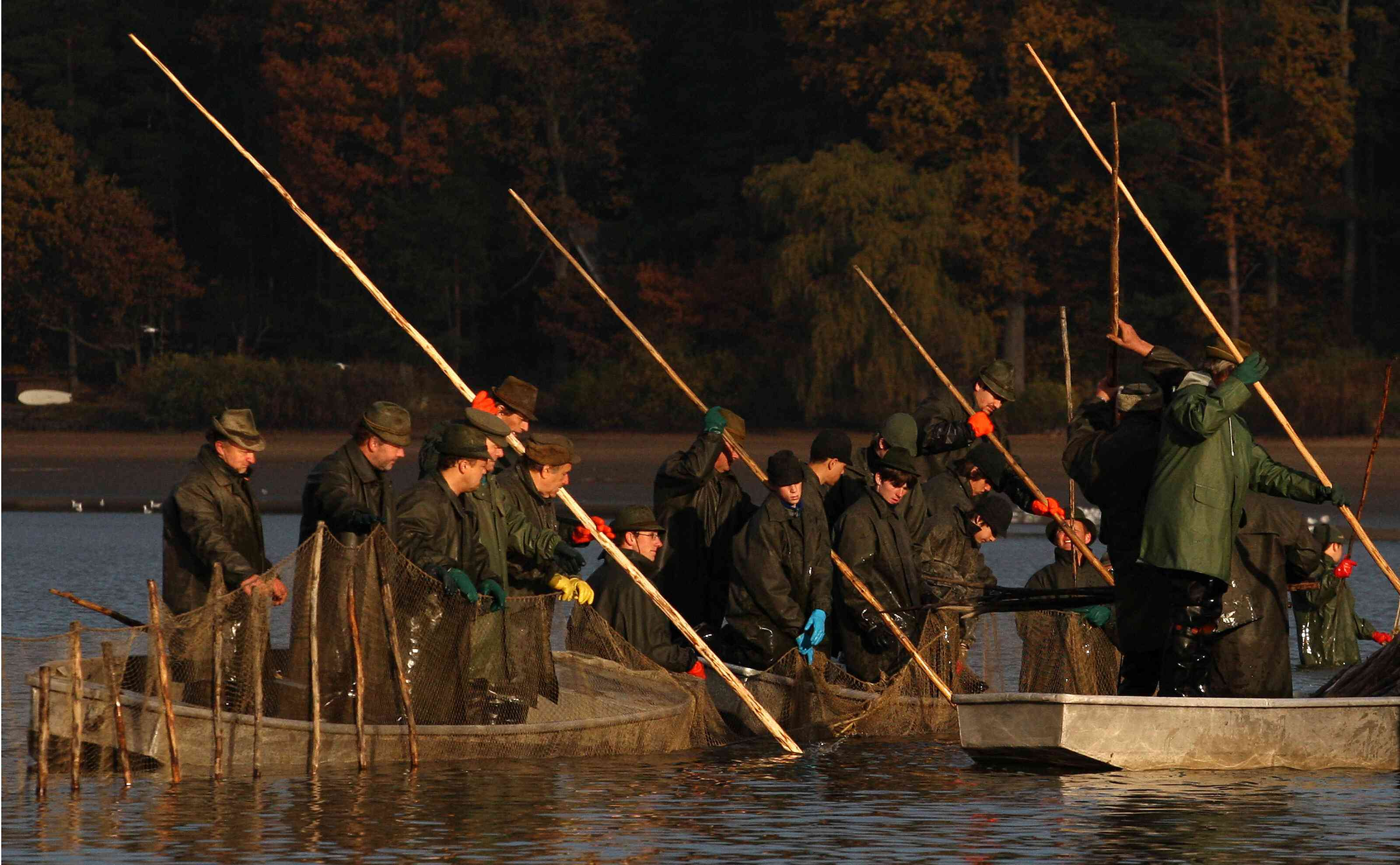 Los pescadores preparan redes durante el tradit